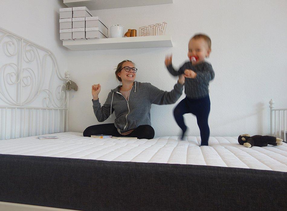 Bruno, unsere neue Matratze, ekulele, internet, bestellen, test, erfahrung, großer mann, 160, hüpfen, liegen, familienbett, mamablog (1)